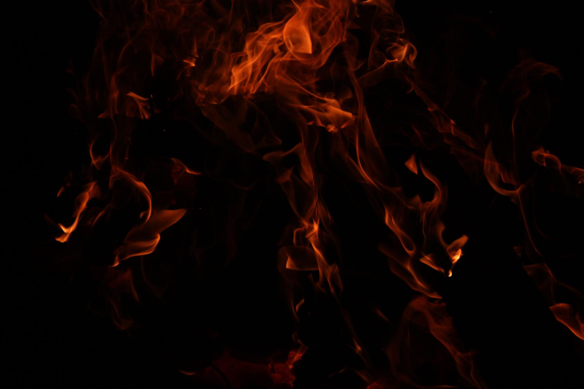 Картинки черный фон на нем огонь