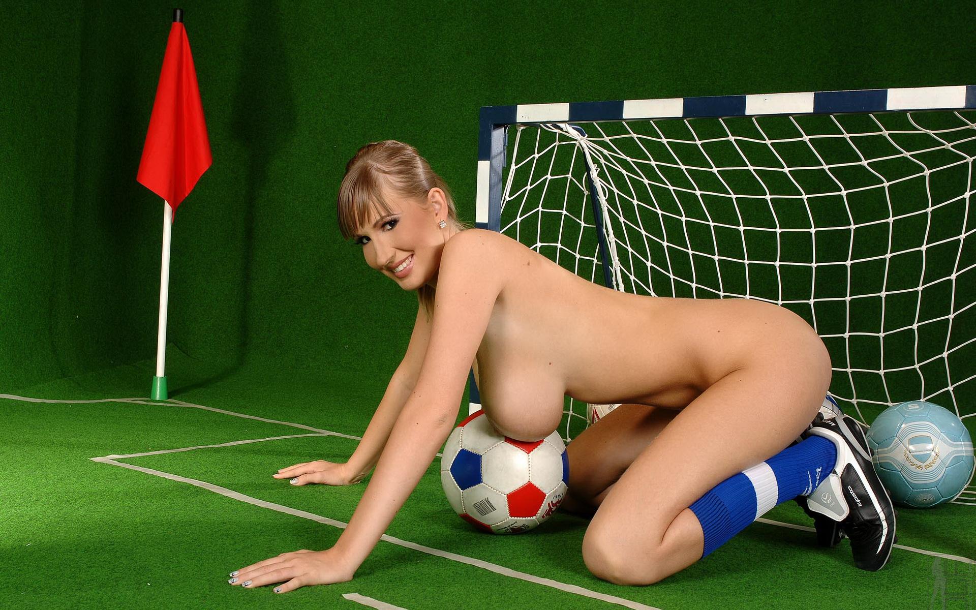 модель с футболистом эротика улыбается