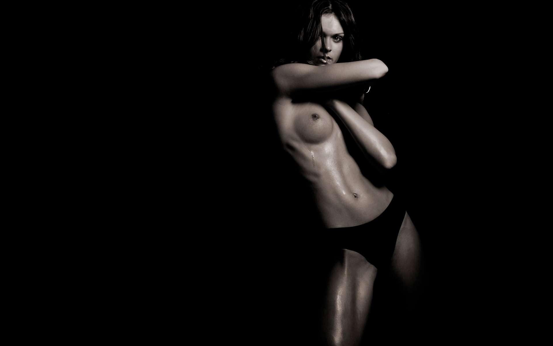 Свежая эротика на темном фоне фото