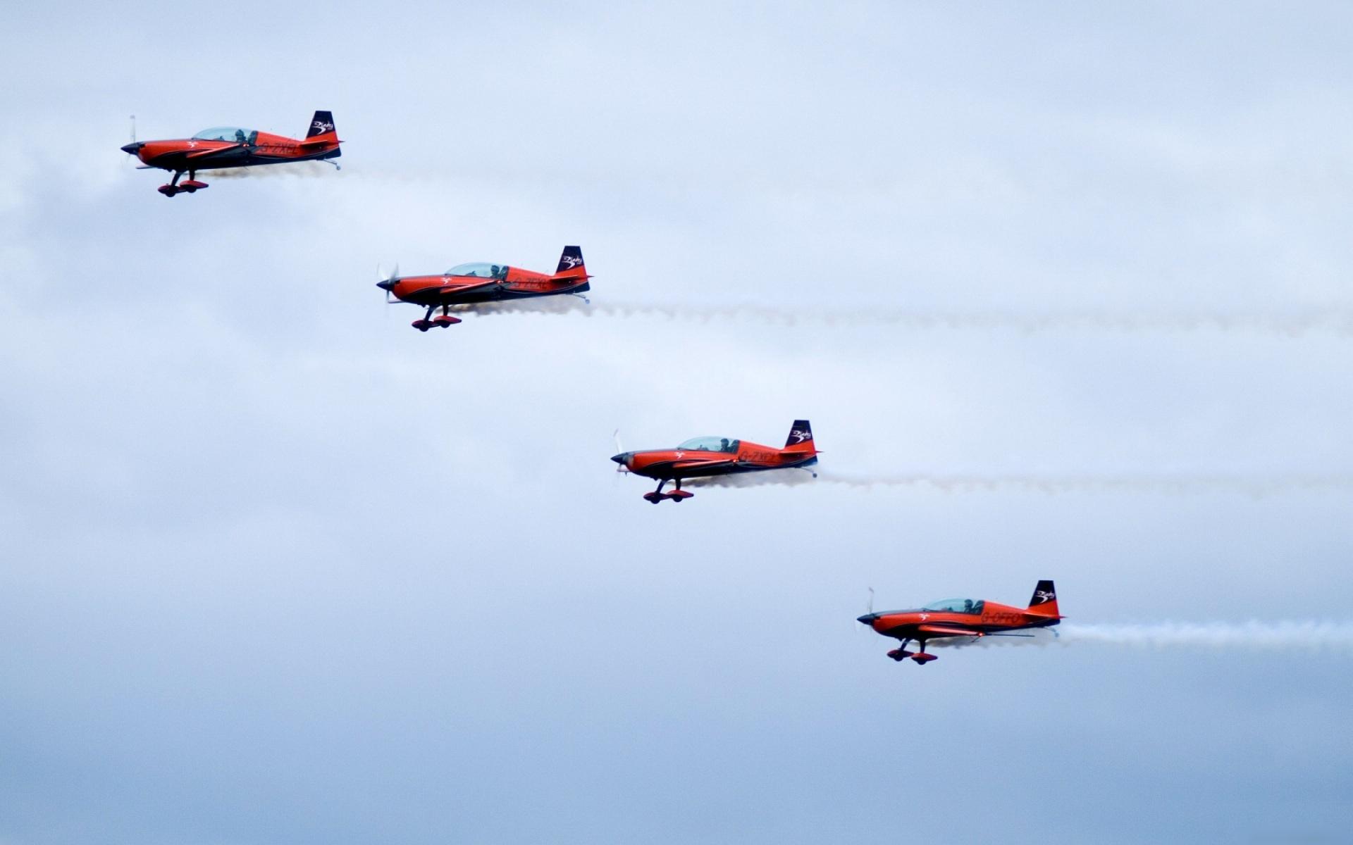 Группа красных самолетов на шоу бесплатно