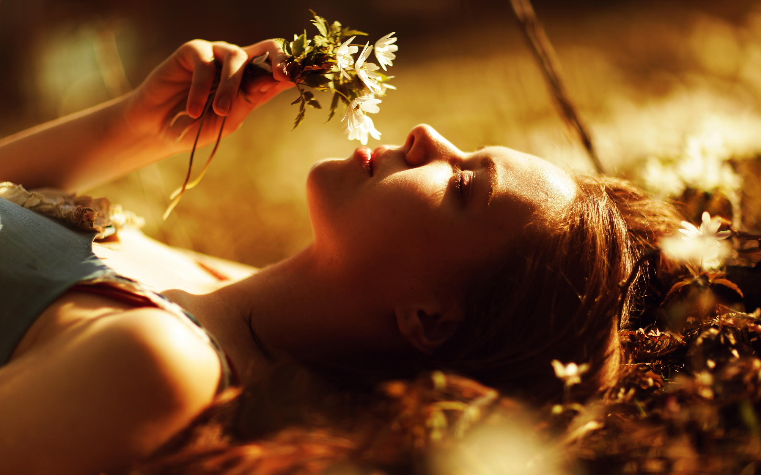 девушка лицо цветы розы природа трава скачать