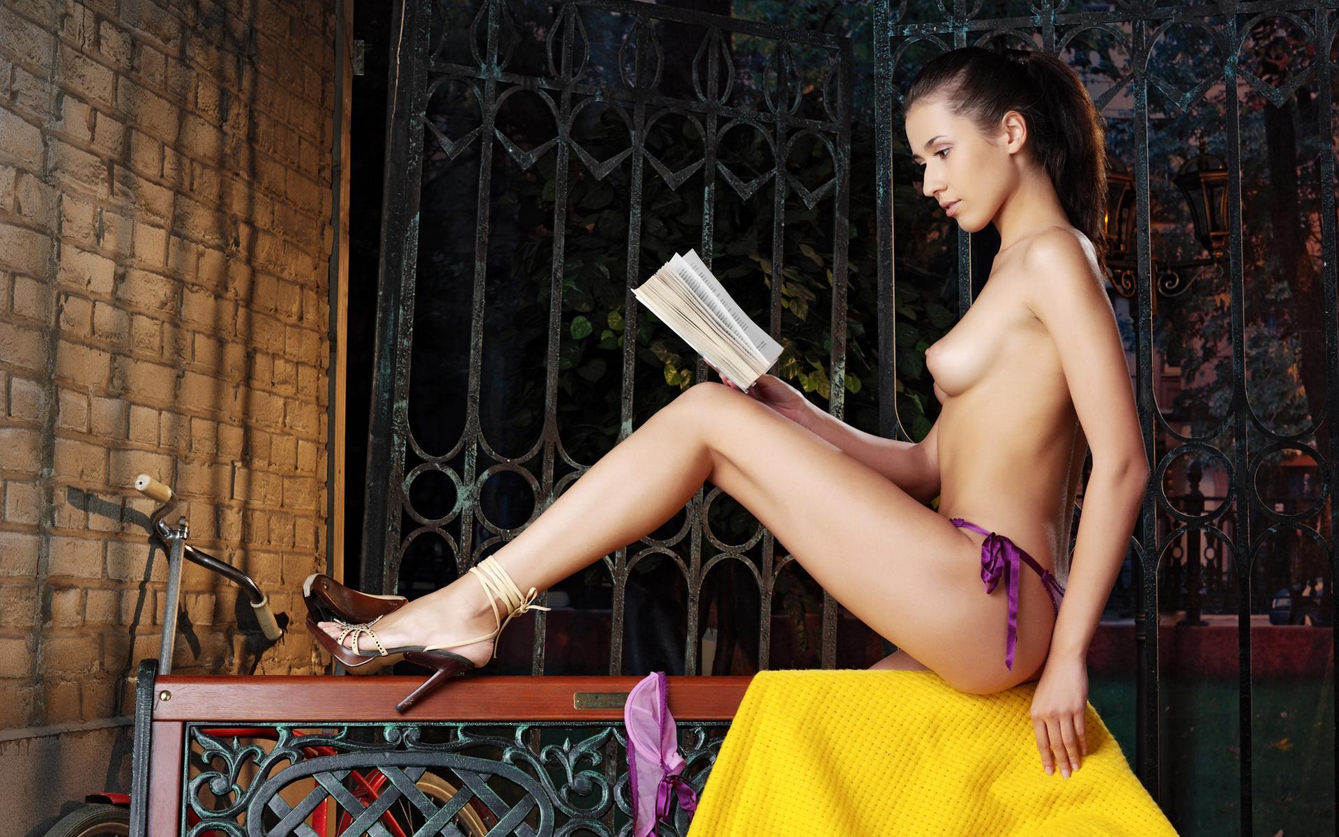 Бреют пизду телка читает книгу порно
