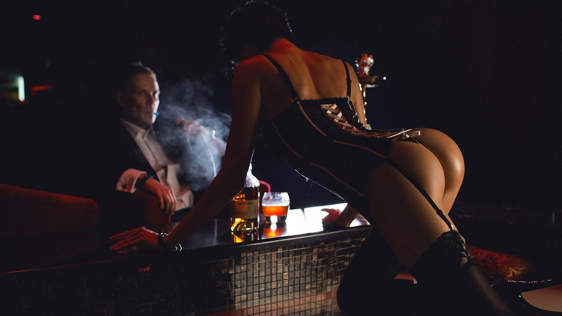 seksualnaya-devchonka-tantsuet-striptiz