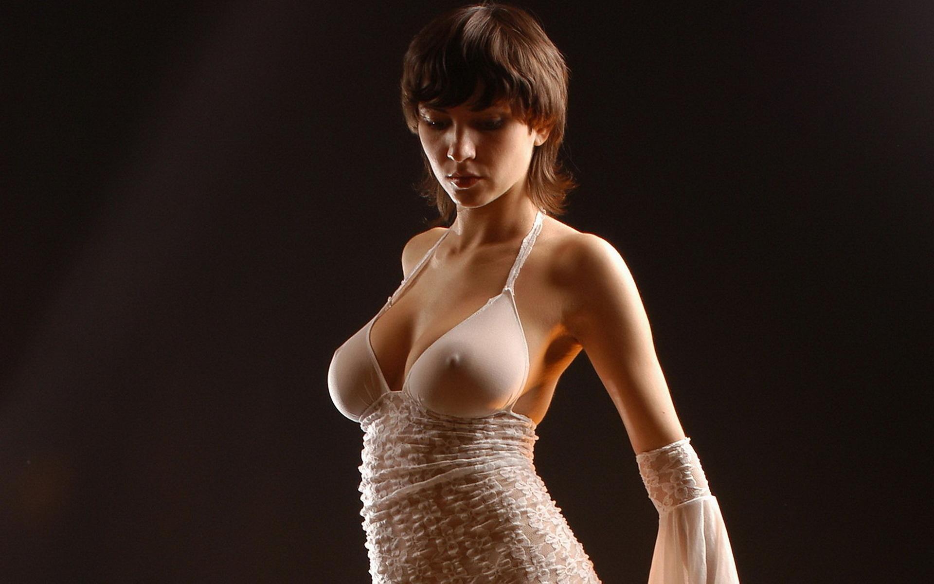 eroticheskie-fotografii-devushek-v-prozrachnoy-odezhde-transseksualki-moskvi-metro-dmitrovskaya