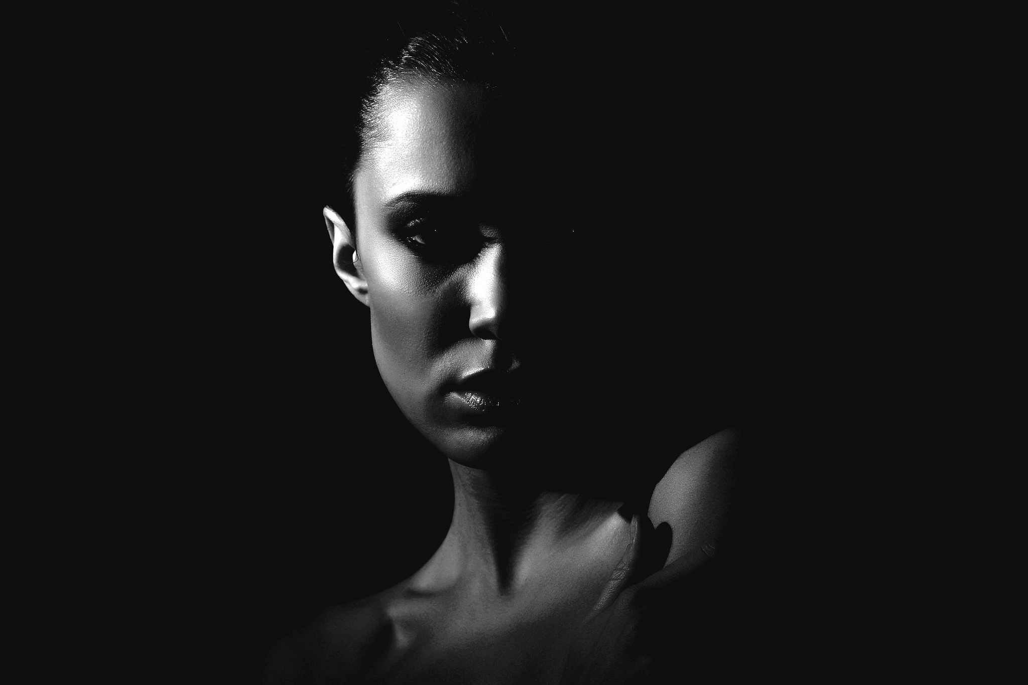 Картинка женщина на черном фоне