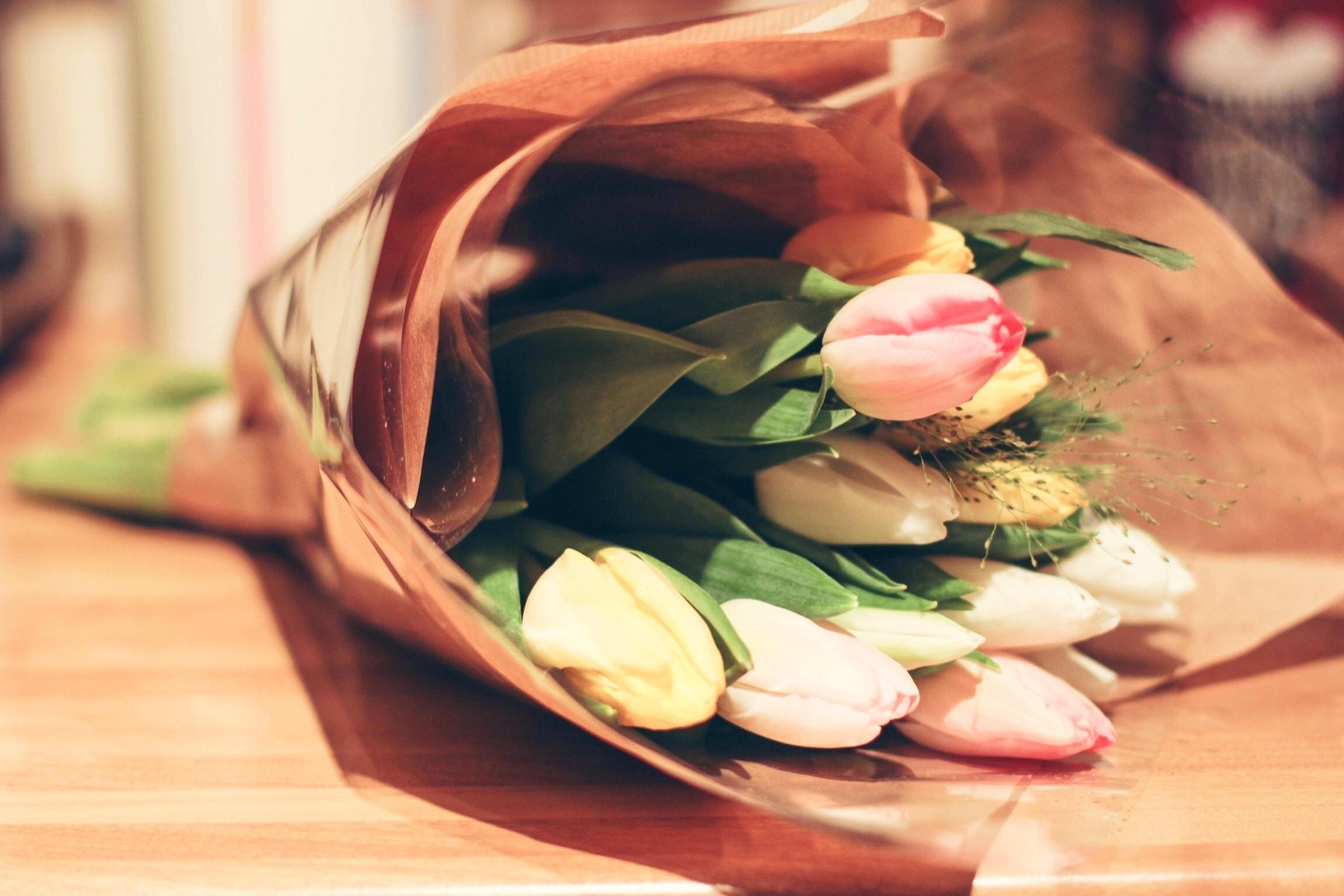 фото букеты тюльпанов на столе мужем путешествие