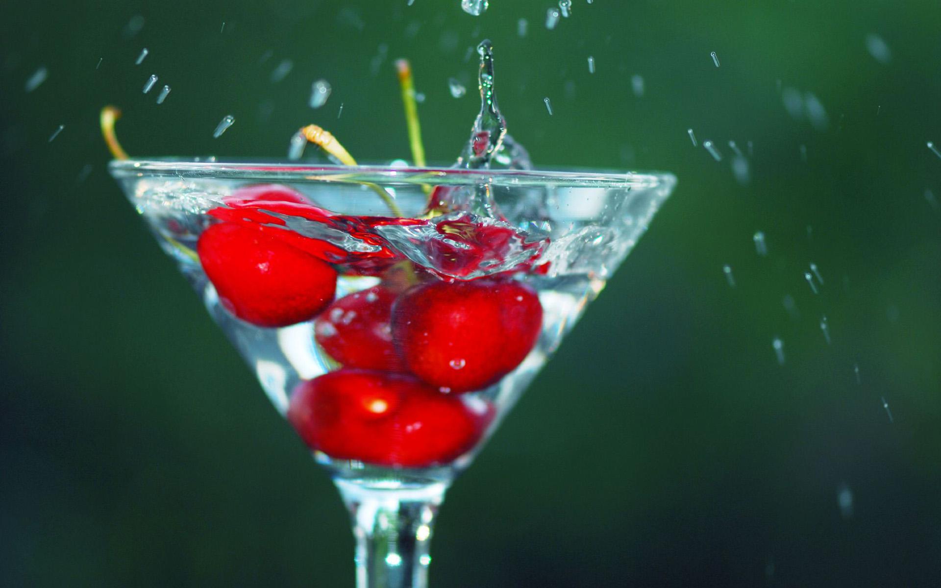картинки вишня в брызгах воды они