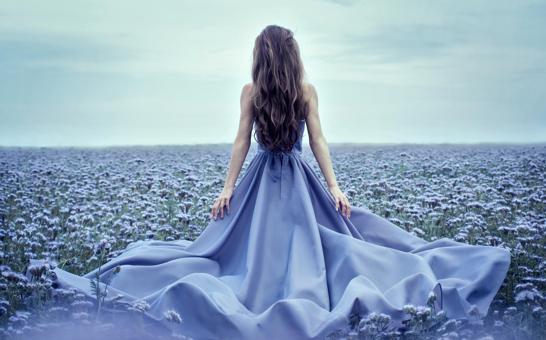 Фото красивой девушки в платье со спины