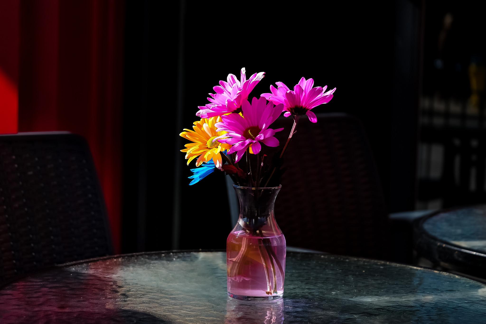 Ваза с цветами на столе картинки