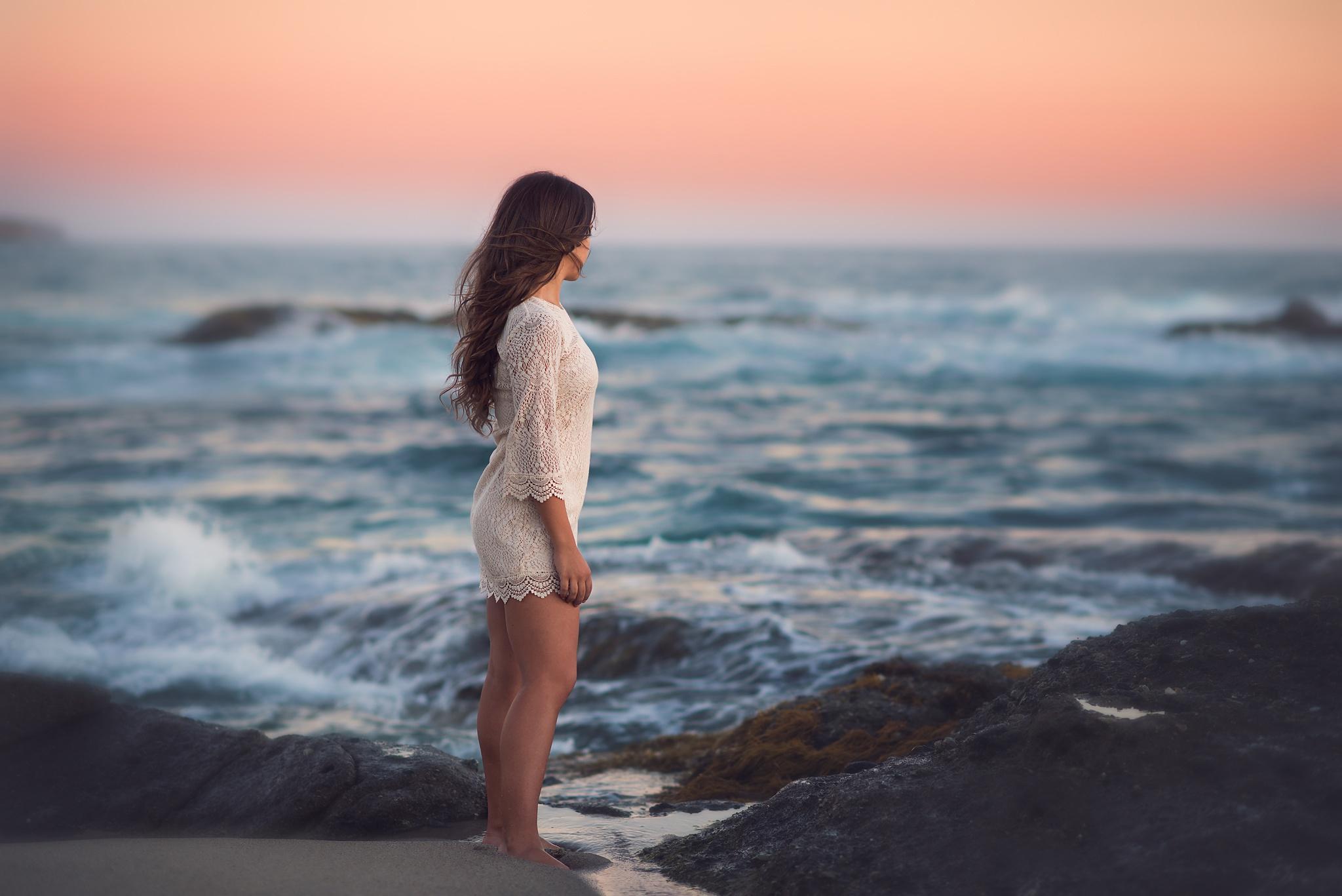 фото где девушка сидит на море жить