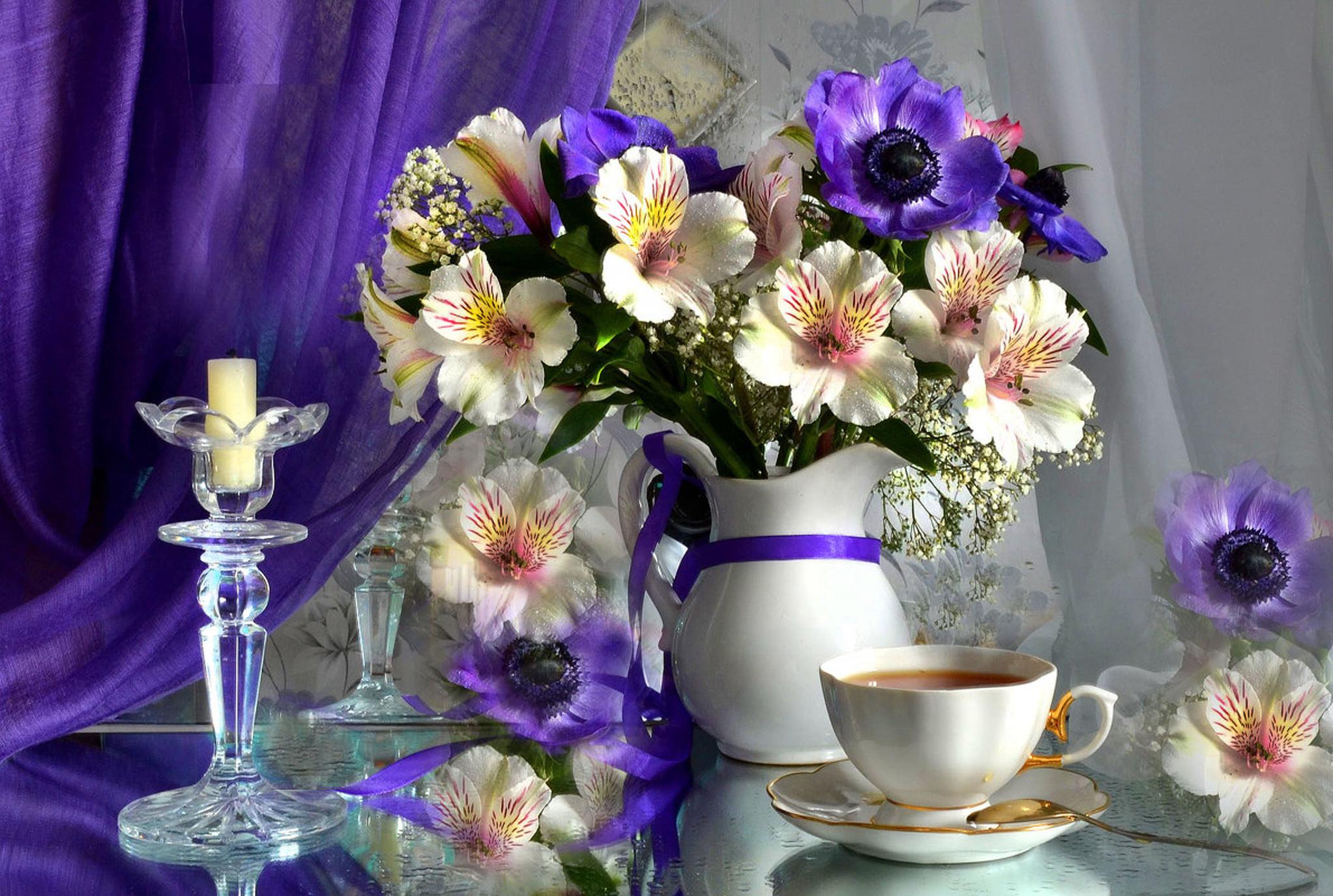 cvety-sveci-bludce-buket-caska-caj-kuvsin-zanaveska-alstromeria-anemony.jpg