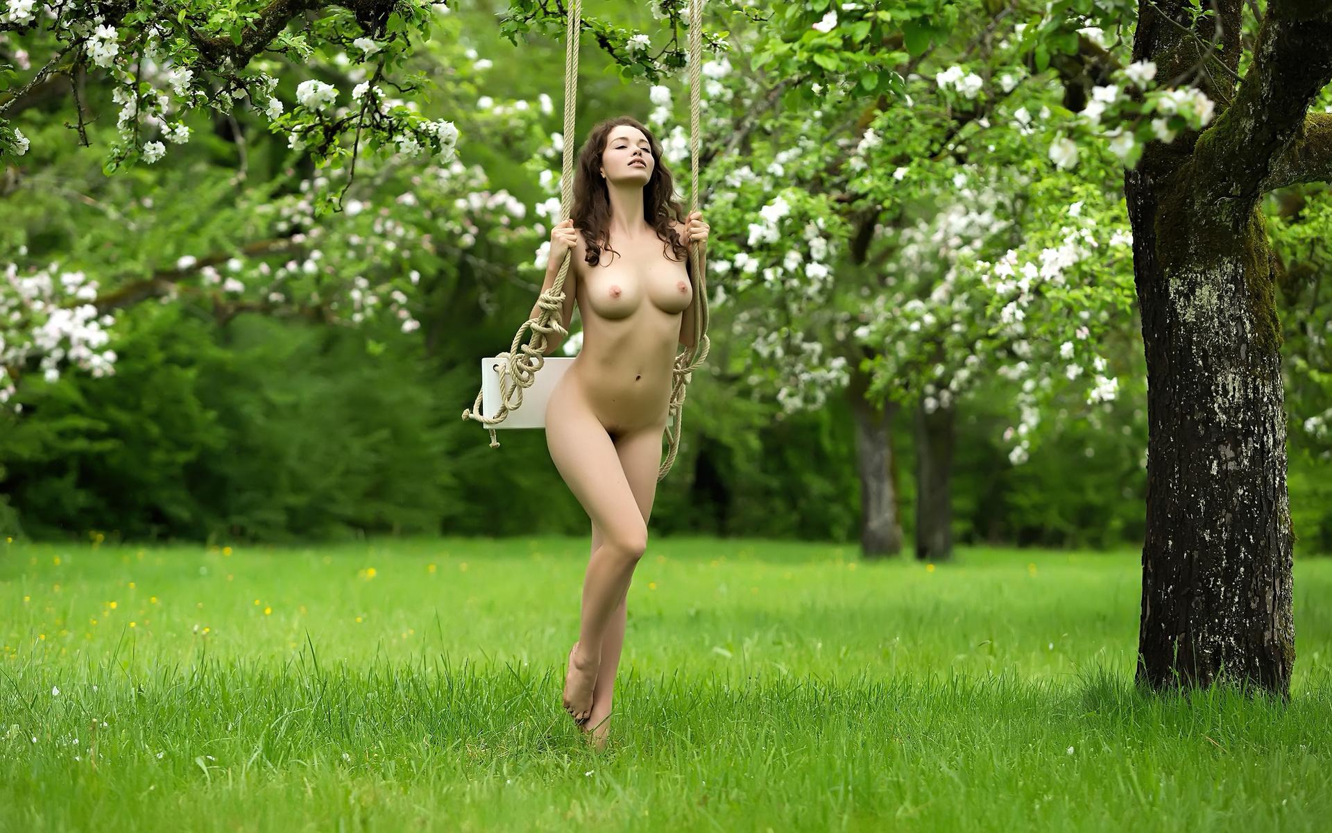 голая красотка в саду парень почувствовал