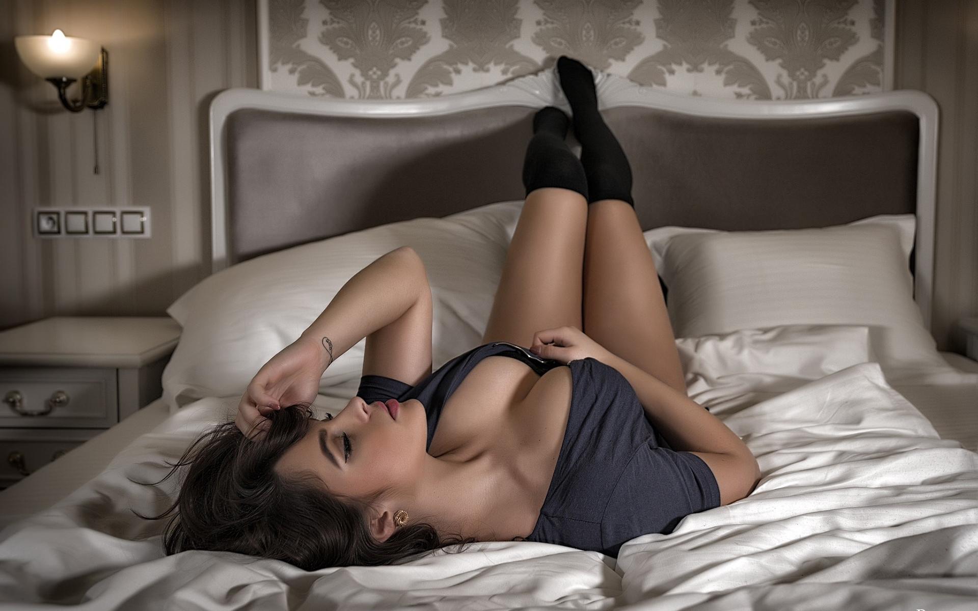 Девушки картинки на кровати