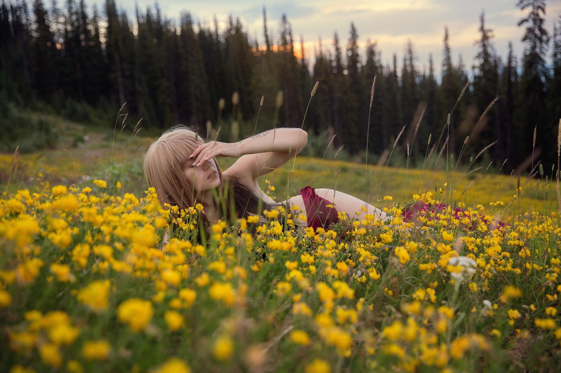 Полные блондинка на природе делает приятное себе сосущих жен