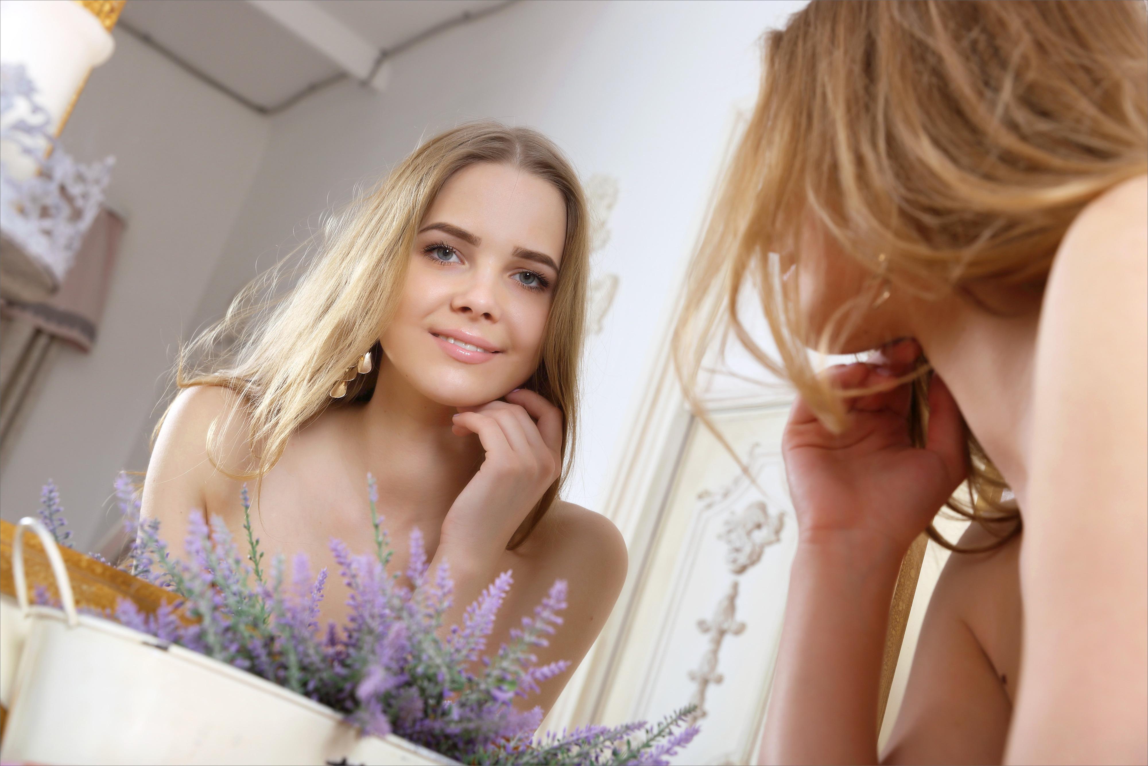 шёл красивая девушка у зеркала только что