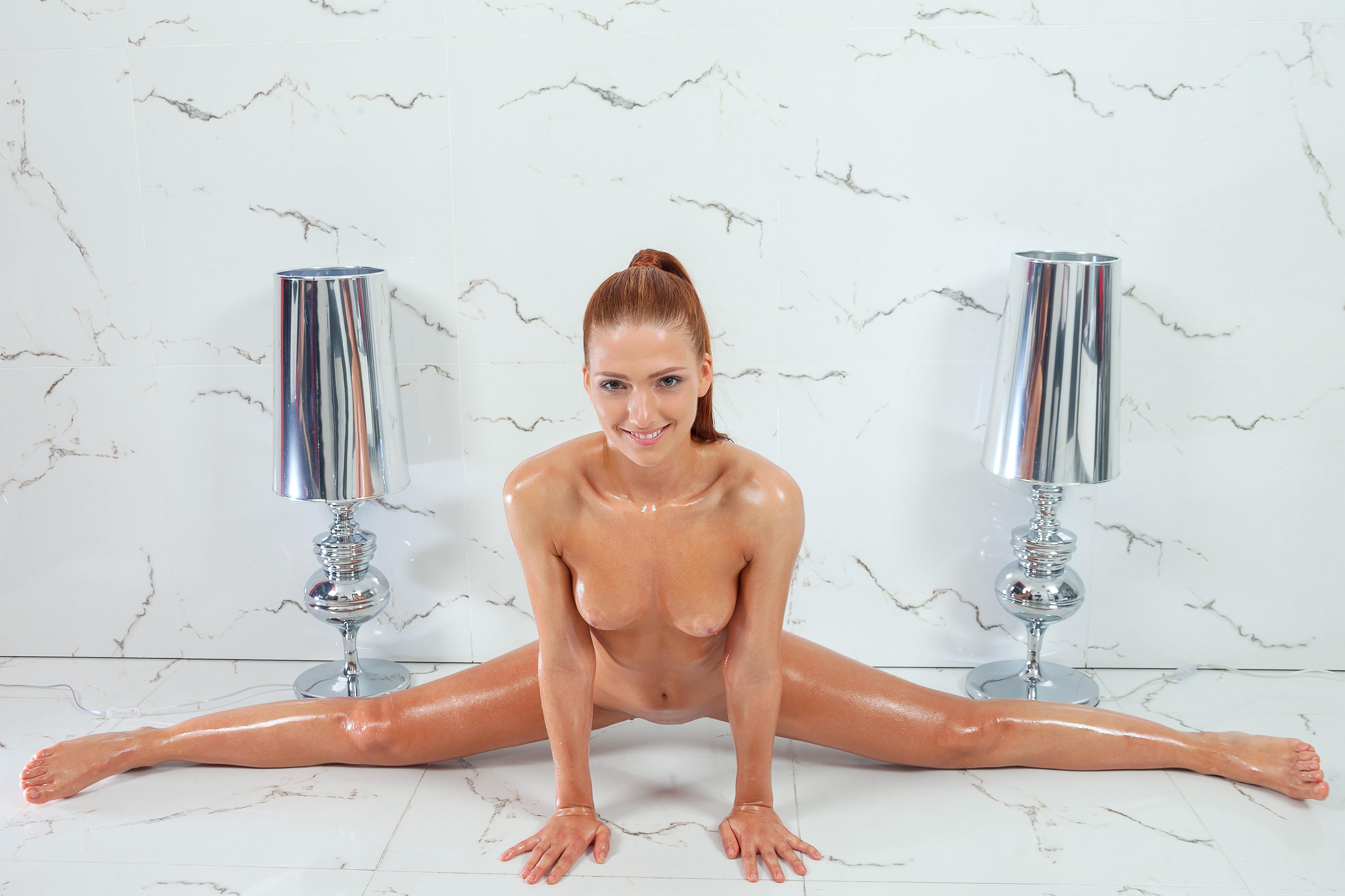 гибкая голая гимнастка
