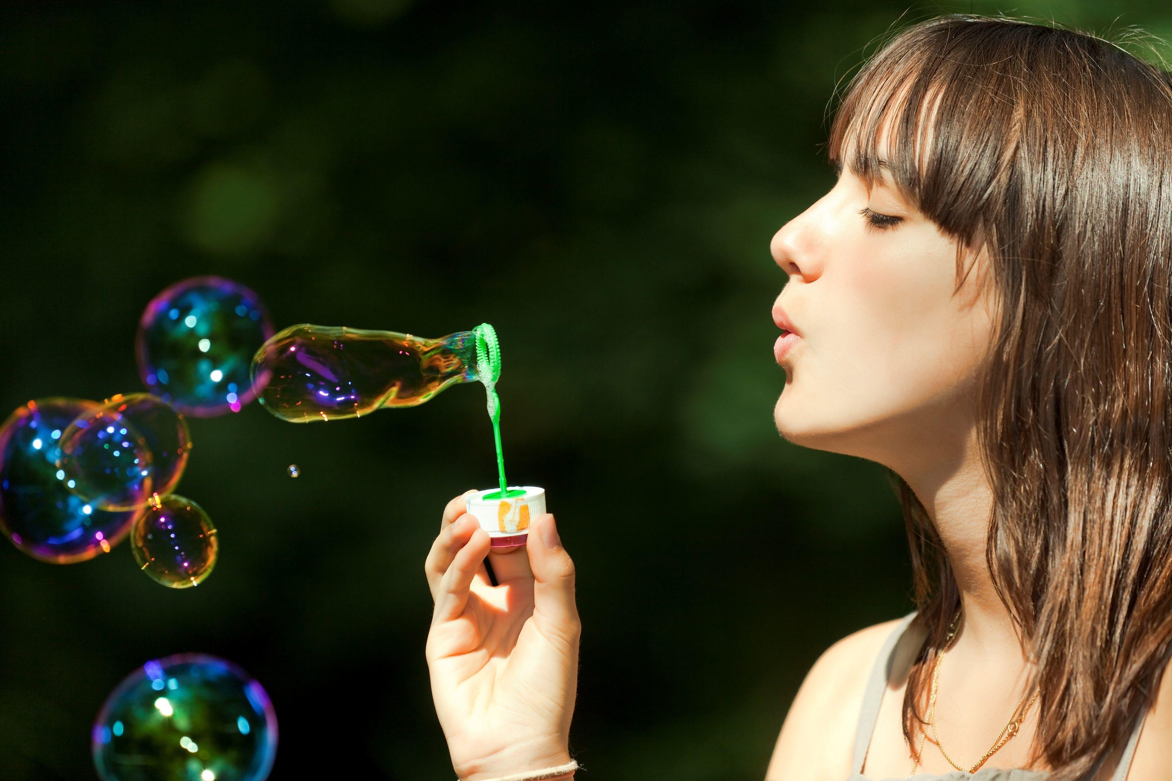 Картинка девушка и мыльные пузыри