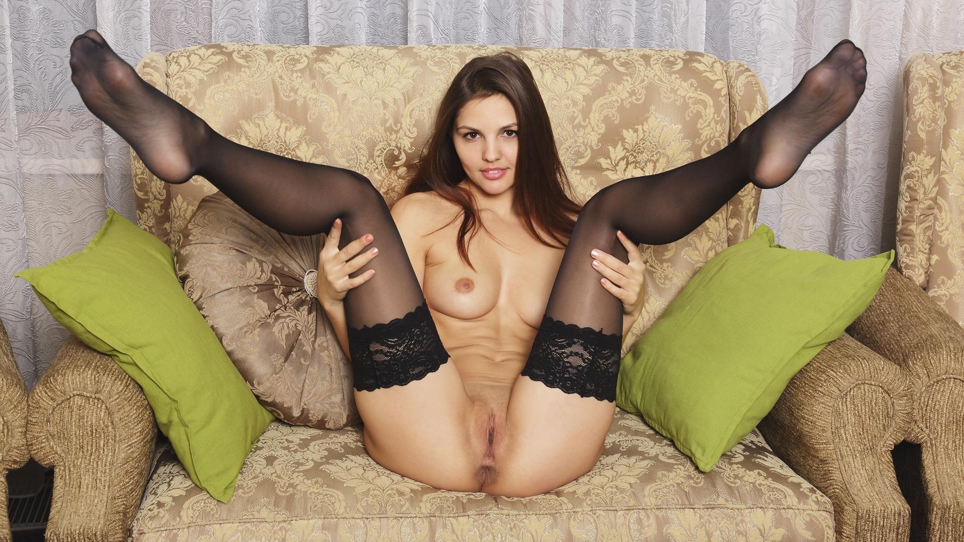 Страстная богиня позирует в чулках порно фото бесплатно