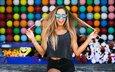 девушка, настроение, улыбка, очки, воздушные шары, шорты, длинные волосы, солнцезащитные очки