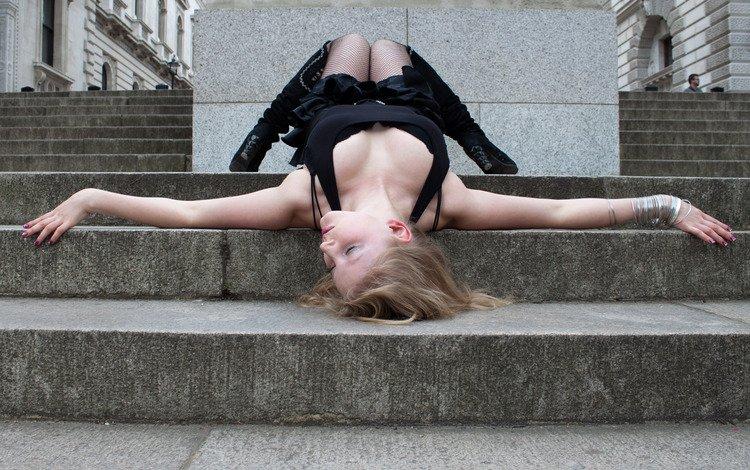 сетка, девушка лежащая на ступеньках, mesh, girl lying on the stairs