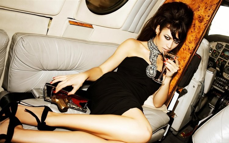 брюнетка, пистолет, взгляд, бокал, ольга куреленко, черное платье, ольга куриленко, cамолёт, brunette, gun, look, glass, olga kurylenko, black dress, the plane