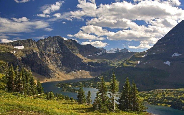 Красивый берег реки в горах