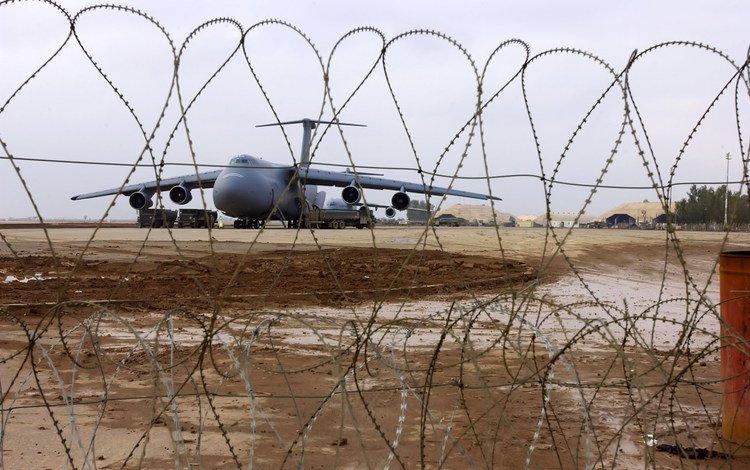 самолет, колючая проволока, взлетная полоса, the plane, barbed wire, runway
