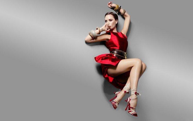 девушка, взгляд, модель, каблуки, красное платье, браслеты, виктория бекхем, girl, look, model, heels, red dress, bracelets, victoria beckham