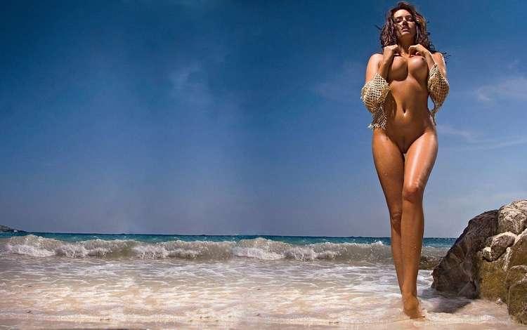 Голая девушка у море обои
