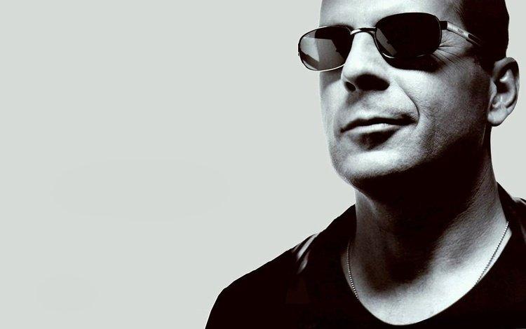 взгляд, брюс, очки, чёрно-белое, актёр, лицо, мужчина, брюс уиллис, уиллис, look, bruce, glasses, black and white, actor, face, male, bruce willis, willis