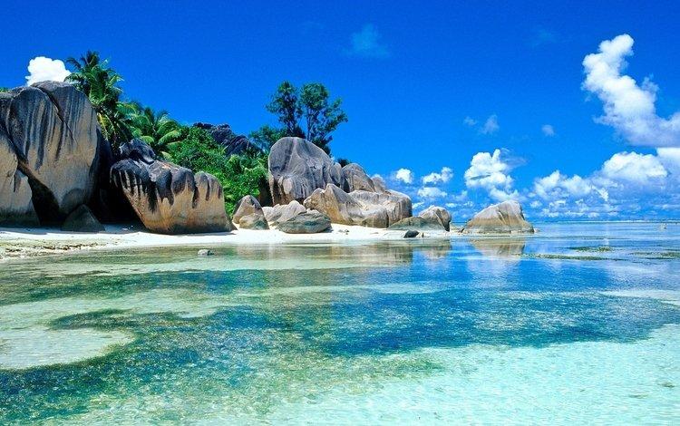 Бирюзовая вода возле берега с огромными камнями