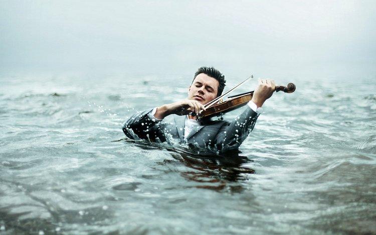 брызги, закрытые глаза, мужчина в воде играет на скрипке, внимательность (белку поймал), squirt, closed eyes, the man in the water playing the violin, care (squirrel caught)