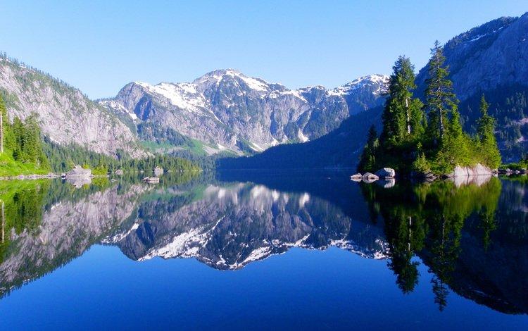 Красивое отражение гор в озере