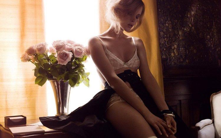 цветы, секси, девушка, красотка, стол, сексапильная, иза олак, модель, грудь, ножки, лицо, окно, flowers, sexy, girl, beauty, table, iza olak, model, chest, legs, face, window
