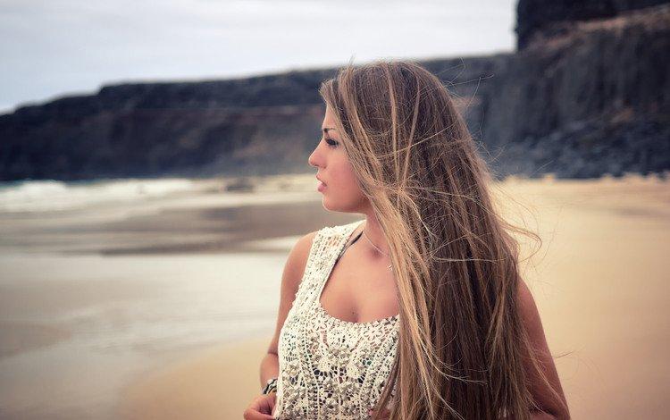 Красивая девушка на берегу моря
