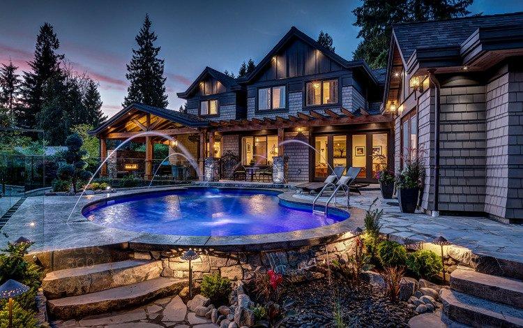 Дом с бассейном и фонтаном