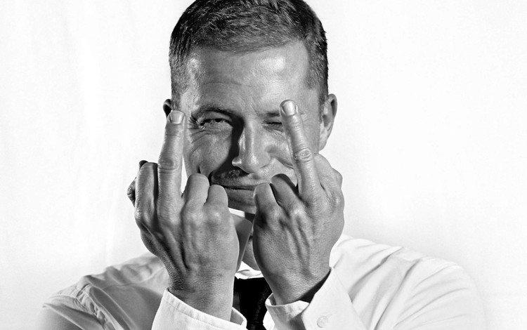 взгляд, тиль швайгер, чёрно-белое, till schweiger, актёр, лицо, руки, мужчина, пальцы, знаменитость, look, til schweiger, black and white, actor, face, hands, male, fingers, celebrity