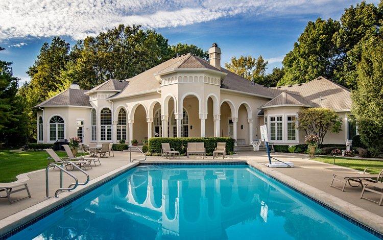 Большой дом с бассейном