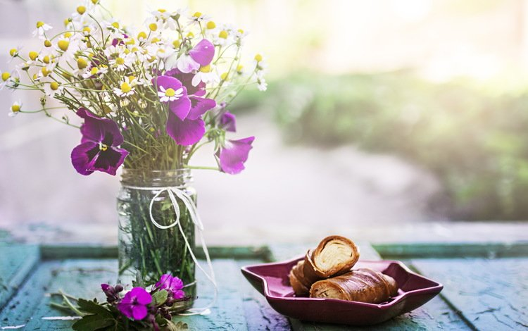 цветы, фон, еда, букет, выпечка, анютины глазки, булочки, сдоба, flowers, background, food, bouquet, cakes, pansy, buns, muffin