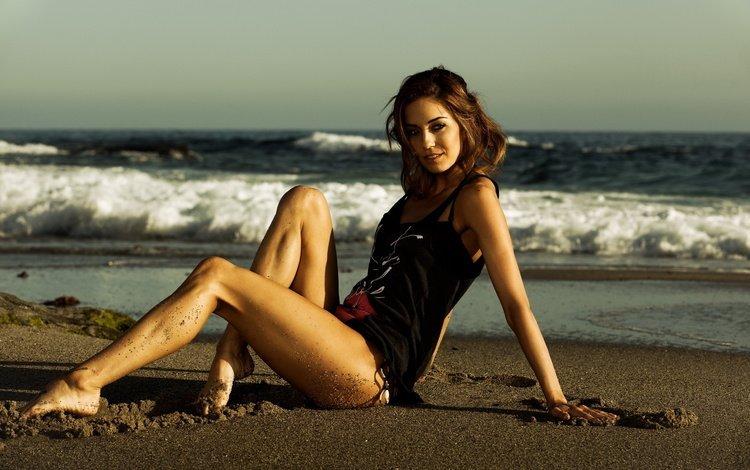 Девушка на пляже на фоне волн