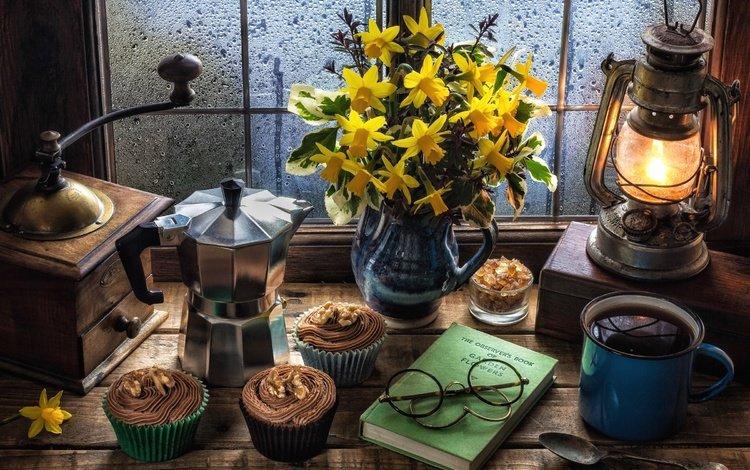 кофе, маффин, лампа, крем, окно, нарциссы, сахар, натюрморт, кексы, кофемолка, coffee, muffin, lamp, cream, window, daffodils, sugar, still life, cupcakes, coffee grinder