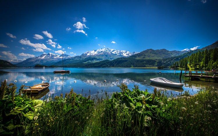 Горное озеро с лодками