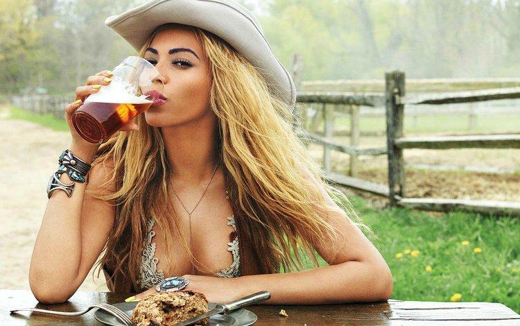 девушка, фотосессия, взгляд, волосы, певица, стакан, пиво, шляпа, бейонсе, girl, photoshoot, look, hair, singer, glass, beer, hat, beyonce