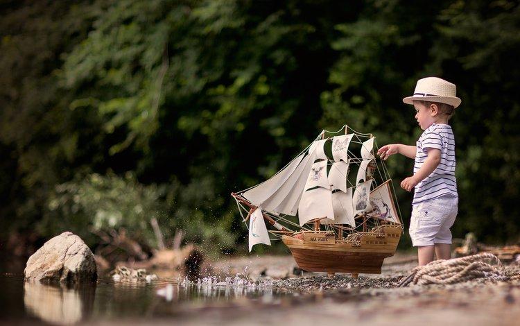 камни, ребенок, ручей, мальчик, песок, футболка, лето, шляпа, корабль, шорты, брызги, модель корабля, игрушка, игра, stones, child, stream, boy, sand, t-shirt, summer, hat, ship, shorts, squirt, ship model, toy, the game