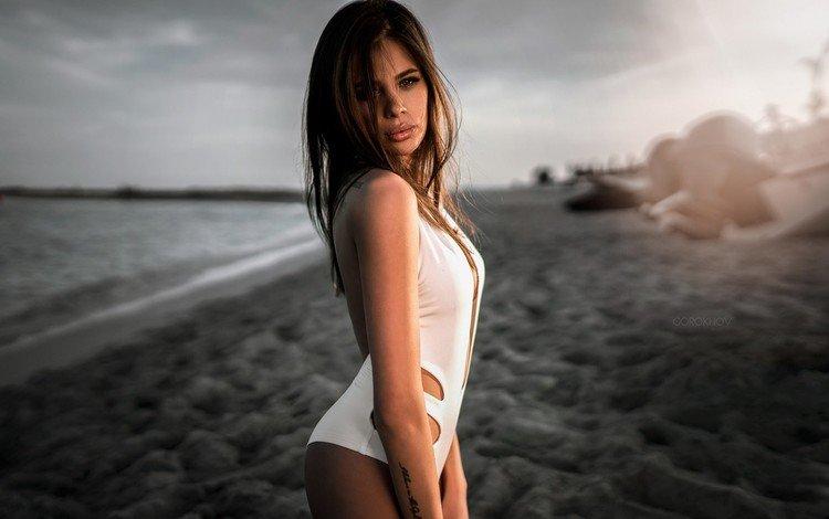 Девушка во время заката на пляже