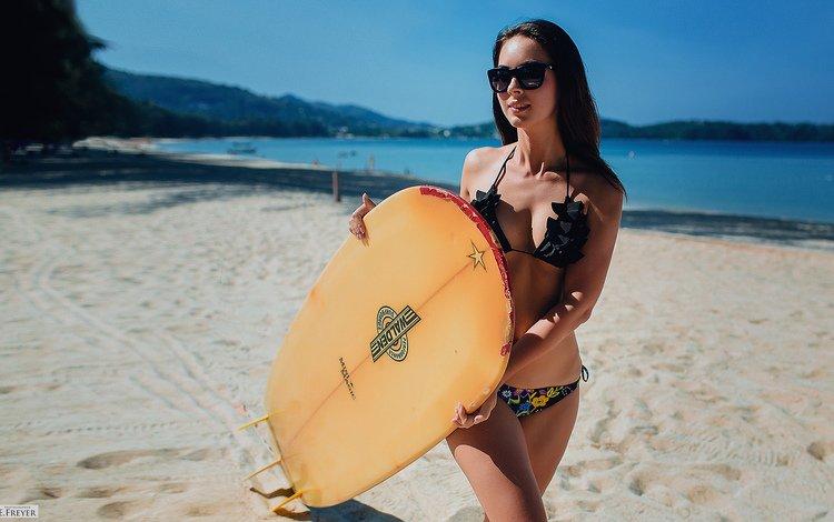 девушка, купальник, море, солнечные очки, песок, доска для серфинга, пляж, брюнетка, очки, серфинг, фигура, girl, swimsuit, sea, sunglasses, sand, surfboard, beach, brunette, glasses, surfing, figure
