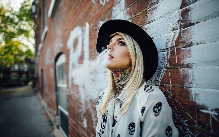 девушка, голубые глаза, блондинка, макияж, стена, шляпа, дым, тату, волосы, губы, лицо, girl, blue eyes, blonde, makeup, wall, hat, smoke, tattoo, hair, lips, face