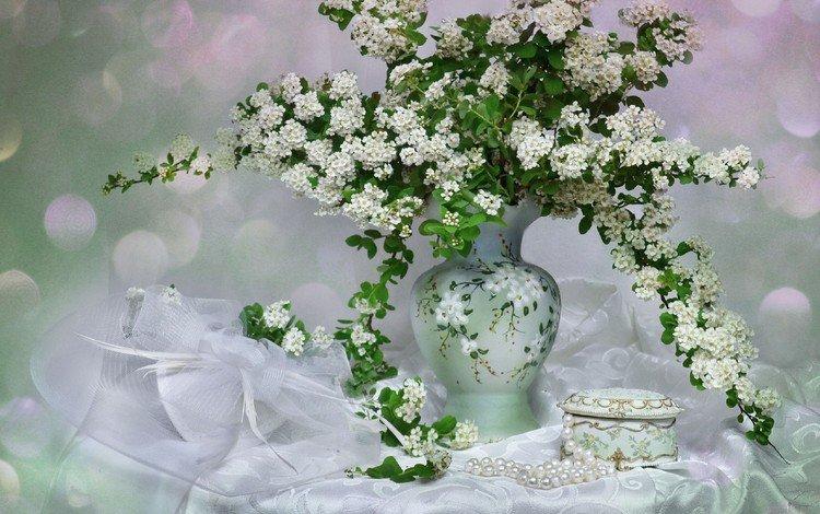 цветы, шкатулка, ветки, спирея, букет, бусы, ваза, жемчуг, натюрморт, скатерть, flowers, box, branches, spiraea, bouquet, beads, vase, pearl, still life, tablecloth