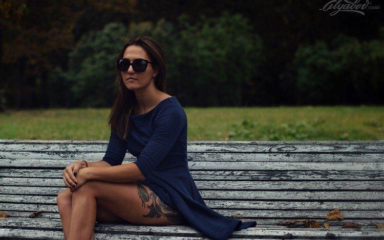 листья, девушка, осень, очки, татуировки, волосы, скамейка, лицо, leaves, girl, autumn, glasses, tattoo, hair, bench, face