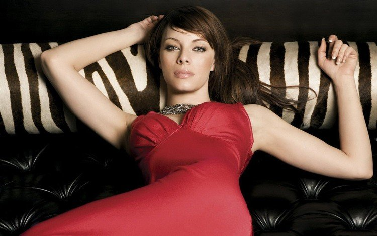 девушка, шатенка, лежит на диване, смотрит вперед, melinda clarke, в красном платье, мелинда кларк, на тебя, girl, brown hair, lying on the sofa, looking forward, in a red dress, you